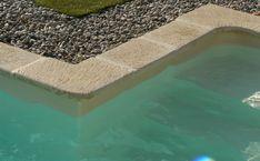 Borde de piscina de piedra reconstituida SERMI-3 ROUVIERE Pools, Exterior, Patio, Outdoor Decor, Ideas, Gardens, Rock Pools, Rock Edging, Decorative Pebbles