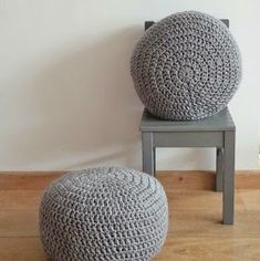 Haak by Daphne: Pief paf poefjes Crochet Pouf, Knitted Cushions, Adult Crafts, Outdoor Furniture, Outdoor Decor, Floral Arrangements, Diy Projects, Knitting, Creative