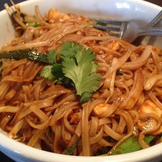 Whew! If you're a fan of heat, you're a fan of Mama Fu's Thai #Basil #Noodles - #Rice noodles, basil, mushrooms, red bell peppers, onions, bean sprouts, and scallions, all tossed in our #spicy #Sriracha based sauce... Be sure to get your self a tall cool glass of Iced Tea... this dish just might make you #sweat! Thanks to Renee for the lovely #foodtography from #SunsetValley (#Austin, #Texas). ;)