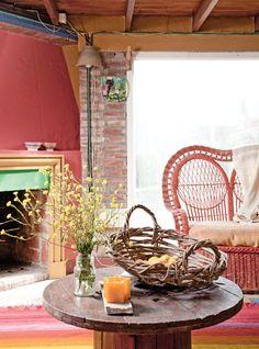 Living colorido con tonos ladrillo, naranja y amarillo en casa de campo rústica de Camet Norte, Costa Atlántica argentina.