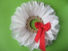 / Éva Magazin // Lace wreath made of paper How To Make Wreaths, Brooch, Paper, Diy, Bricolage, Brooches, Do It Yourself, Homemade, Diys