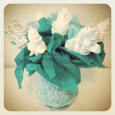 DIY Baby Gift Idea awesome for baby shower Diaper Bouquet, Baby Washcloth, Diy Baby Gifts, Baby Crafts, Baby Shower Parties, Baby Shower Gifts, Baby Showers, Baby Shower Bouquet, Diy