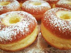 A fánk akkor a legjobb, ha finom és szalagos is, végre rájöttem, hogyan kell helyesen elkészíteni! HOZZÁVALÓK 60 dkg finomliszt 3,5 dkg élesztő kb. 3 dl langyos tej 4 ek. cukor 4 tojás sárgája 1-2 evőkanál rum 1 csipet só 8 dkg olvasztott vaj vagy margarin ELKÉSZÍTÉS Az élesztőt kb.…, amire szüksége Hungarian Recipes, Churros, Sweet Desserts, Macaroons, Cake Cookies, Bagel, Doughnut, Oreo, Donuts