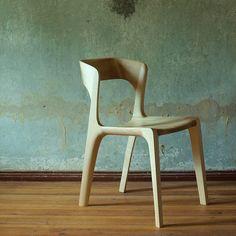 Ein schlichter Holzstuhl, passt perfekt zum Holzesstisch