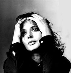 Isabella Rossellini con las manos en la cabeza. ©Derechos de Autor Irving Penn