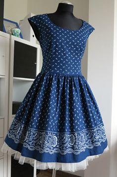 šaty+modrotiskové,+řasená+sukně,+bordura+ušila+jsem+další+z+variant+modrotiskových+šatů+jsou+se+spadenými+rukávky,+sukně+je+vsazena+asi+2cm+pod+pasem,+velmi+vhodné+pro+vlikosti+40+a+více....sukně+je+lemovaná+bordurou-vyšší+cena,+bordura+je+jen+po+jedné+ze+stran+látky,+čili+je+vyšší+spotřeba+o+0,5m+ty+na+figurce+jsou+ve+vel+40+a+svou+majitelku+již+mají+další+na... African Traditional Wear, Retro Outfits, Modest Fashion, Vintage Dresses, Dress Outfits, Textiles, Couture, Vogue, Summer Dresses