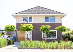 Voor een vrijstaande woning in Huissen mochten we een interieurontwerp maken voor de woon-en eetkamer. Het huis heeft een prachtige lichtinval en is een heerlijke plek om te zijn. Met fijn uitzicht naar een fantastische tuin! De grote raampartij bij de vide is natuurlijk dé eyecatcher van de woning.  Interieurontwerp: Laura Hindriks. www.laurahindriks.nl | Fotografie: Angeline Dobber www.interieur.angelinedobber.nl Instagram Feed, Garage Doors, Shed, Outdoor Structures, Outdoor Decor, Modern, Home Decor, Trendy Tree, Decoration Home