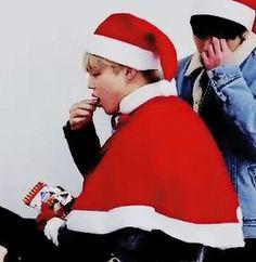 ChimChim comendo o presente que deu pro TaeTae