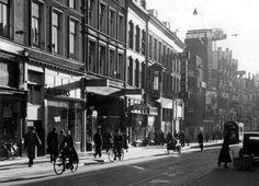Avondzon op de Kruiskade met het Luxortheater, Rotterdam november 1939.