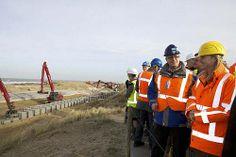 Minister Schultz van Haegen krijgt uitleg over de dijk in duin tijdens een werkbezoek op 6 februari 2014
