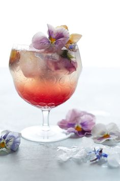 Floral cocktails for spring celebrations: Borage & Pansy Cocktail by Anthropologie Cocktail Glass, Cocktail Drinks, Cocktail Recipes, Cocktail Garnish, Summertime Drinks, Summer Drinks, Cheers, Brunch, Partys