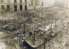 Conseqüències de la guerra al mercat de Madrid. Van haver-hi bombardejos a la població civil, i amb això destrucció en infraestructures i edificis.