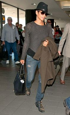 Clad in layers, pregnant Halle Berry arrived at LAX for an outbound flight April Halle Berry Style, Halle Berry Hot, Fashion Over 40, High Fashion, Winter Fashion, Maternity Fashion, Pregnancy Fashion, Cool Outfits, Winter