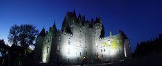Castelo Glamis, em Angus, Escócia, Reino Unido. Não é a maior nem a mais antiga, muito menos a mais importante fortificação do planeta. Mas, está na lista dos mais mal-assombrados castelos europeus.  Fotografia: Wikimedia Commons / Ian Robinson.