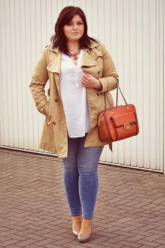 Ein absoluter Klassiker: Die deutsche Bloggerin Ela von Conquore trägt hier einen camelfarbenen Trenchcoat (von H&M) zu schlichten Basics #streetstyle #curvy #blogger