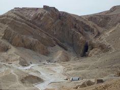 """El Valle de las Reinas - Los antiguos egipcios lo denominaban ta set neferw, el """"Lugar de la Belleza"""", los nativos lo denominan en árabe Wadi el-Melikat, mientras que el nombre moderno por el que es conocido, Valle de las Reinas, se lo debemos a Champollion."""