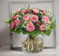 Elixir Rose : Bouquet rond généreux de roses gros boutons roses avec un délicat travail de feuillage #rose #bouquet