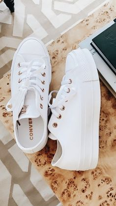Cute, comfortable, and always fashionable. Converse are always an easy pair! Cute, comfortable, and always fashionable. Converse are always an easy pair! Dream Shoes, Crazy Shoes, Me Too Shoes, Women's Shoes, Shoe Boots, Shoes Sneakers, White Sneakers, Footwear Shoes, White Converse Shoes