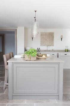 Modern Farmhouse Kitchen, East Sussex - Country kitchen – Humphrey Munson – rustic farmhouse kitchen design Informations About Modern Fa - Modern Country Kitchens, Country Kitchen Farmhouse, Country Kitchen Designs, Modern Farmhouse Decor, Modern Kitchen Design, Home Kitchens, Rustic Kitchen, Kitchen Island Trim, Taupe Kitchen