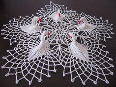 yet more crochet swan doilies Crochet Dollies, Crochet Birds, Crochet Art, Crochet Round, Cute Crochet, Crochet Motif, Crochet Designs, Crochet Flowers, Crochet Stitches