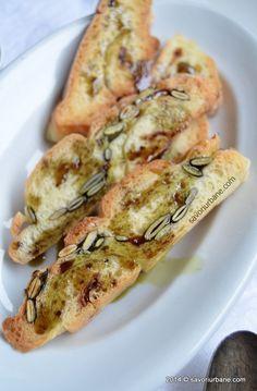Paine cu seminte de dovleac, ceapa si parmezan   Savori Urbane Parmezan, Shrimp, Gluten, Bread, Food, Brot, Essen, Baking, Meals