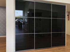 Armario moderno en color negro cerrado Kitchen In, Divider, Album, Room, Furniture, Home Decor, Getting To Know, Modern Closet, Closets