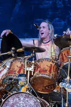 Nicko McBrain. Michael Henry McBrain (5 de junio de 1952 en Hackney, Londres, Inglaterra) es el baterista del grupo británico de heavy metal Iron Maiden. El nombre de Nicko lo adoptó como sobrenombre tal y como se llamaba su osito de peluche preferido. McBrain es acreditado como uno de los pioneros del sonido de heavy metal. En 2009 la revista Rolling Stone publicó la lista de los 100 mejores baterías de todos los tiempos, en ella Nicko fue incluido en el puesto número 38