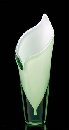 Calla vase, Gunnel Nyman for Riihimäen Lasi 1946 Pictures Of Calla Lilies, Scandinavian Art, Nordic Art, Vase Deco, Art Of Glass, Ceramic Tableware, Vintage Pottery, Glass Design, Perfume Bottles