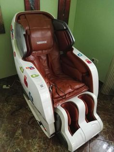 Main features: Fully automatic massage in all combinations, 340 massage combinations, Full back massage - from neck to hips, Needs no space behind the chair Shiatsu Massage Chair, One Room Apartment, Japanese Massage, Behind The Chair, Good Massage, Massage Techniques, Yamaguchi, Rich People, Diy Chair