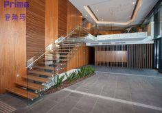 Escada Flutuante em Decoração de Apartamento