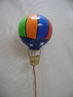 Balão feito em cabaça pintado á mão.