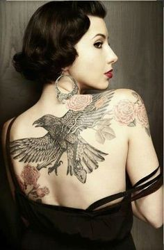 When we think about a unique and interesting tattoo theme, one that strikes our mind is the raven tattoo theme. So here are some of the most popular raven tattoo designs! Latest Tattoo Design, Tattoo Designs, Designs Mehndi, Bild Tattoos, Body Art Tattoos, Female Tattoos, Crow Tattoos, Phoenix Tattoos, Chicano Tattoos