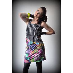Modna sukienka, łączenie motywów i wzorów.