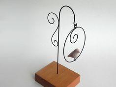 Balanço | VILLASBRASIL | Elo7 Light Bulb Crafts, Arte Country, Paper Mache Sculpture, All Craft, Wire Crafts, Wire Art, String Art, Art Decor, Home Decor