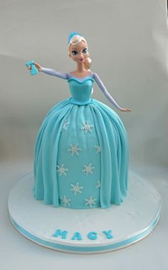 Frozen Elsa Doll Cake- add a lei and flower in her hair for frozen luau theme. Bolo Frozen, Frozen Doll Cake, Elsa Doll Cake, Disney Frozen Cake, Frozen Theme Cake, Frozen Dolls, Frozen Birthday Cake, Elsa Frozen, Bolo Barbie