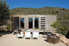 「できるかな?」建築家とデザイナーがDIYしたスペインの「A Small Prefab house」 | 未来住まい方会議 by YADOKARI | ミニマルライフ/多拠点居住/スモールハウス/モバイルハウスから「これからの豊かさ」を考え実践する為のメディア。