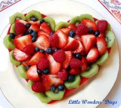 Muchas ideas de alimentos saludables de San Valentín día incluyendo este corazón plato de frutas.