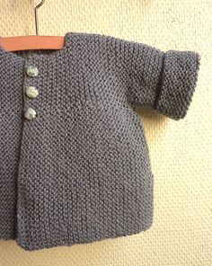 This Pin was discovered by sil Crochet Baby Jacket, Knitted Baby Cardigan, Knitted Baby Clothes, Crochet Cardigan Pattern, Knitting For Kids, Baby Knitting, Diy Tricot Crochet, Brei Baby, Tricot Baby