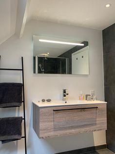 badkamer B&B Merel en Mos Bed And Breakfast, Double Vanity, Bathroom Lighting, Mirror, Furniture, Home Decor, Breakfast In Bed, Homemade Home Decor, Bathroom Vanity Lighting
