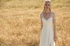 Rembo styling — Kollektion 2018 — Giuletta: Kleid mit einem subtilen Schlitz im Rock, der von zarter Spitze bedeckt wird. Ärmel und Rucken mit feiner Spitze bearbeitet.