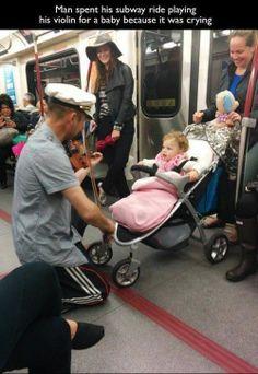 Hombre pasó todo el trayecto tocándole el violín a una pequeña que no dejaba de llorar, al comenzarlo a hacer, la niña no dejó de sonreirle....