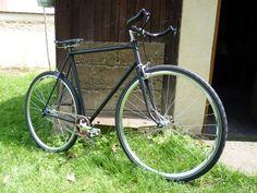 L'aventure de ce singlespeed commença au fond d'un jardin ! Mercier, Bicycle, Gardens, Urban Bike, Adventure, Black People, Bike, Bicycle Kick, Bicycles