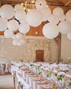 Gebruik mooie witte lampionnen om de feestzaal mee te versieren. Romantisch ! Use white paper lanterns to decorate your wedding party. Romantic!  #lampion #lampionnen #feest #huwelijk #styling #decoration #events #wedding #weddinginspiration #trouwen #party #diner #versiering #weddingplanner #weddingphotography  Lanterne, bruiloftsversiering, bruiloftsborden. Huwelijks ideeën  Trouw inspiratie Fête de mariage