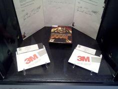 Doom 3 (PC) e master disks (gli originali da cui sono state fatte tutte le copie) di Doom, autografi del team ID.