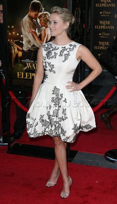 Reese Witherspoon in an amazing dress at the premiere of her new movie.