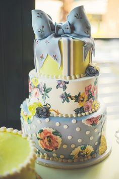 floral wedding cake tied with a bow http://www.weddingchicks.com/2013/11/26/gold-and-gray-wedding/