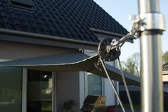 Einrollbares Sonnensegel mit einem Fockroller selber bauen. Pergola, Ceiling Fan, Decor, Modern, Home Corner, Pulley, Hot Tub Garden, Wheelbarrow, Wood Slats