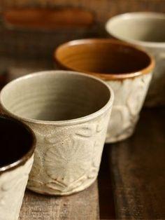 チロリアン花フリーカップ(灰釉)吉澤奈保子さんという作家さんのもの。急須探しの旅 -第一章- を終わらせるべく、ついに急須を購入しに行って、同時にそれに似合う湯呑みを…と最後までまよったうちのひとつ。伊勢丹にあったものの方がこちらよりも多少細長かった印象が。