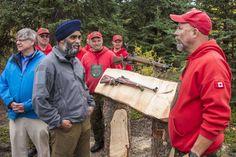 Le ministre de la Défense nationale Harjit Sajjan parle avec les Rangers…