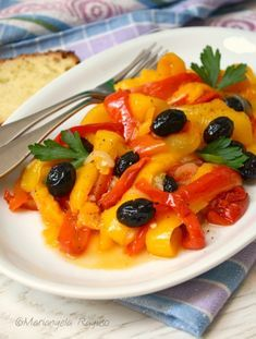 PEPERONI IN PADELLA CON CIPOLLA E OLIVE ricetta contorno vegetariano Veggie Delight, Antipasto, Fett, Olive, Finger Foods, Italian Recipes, Food To Make, Side Dishes, Vegetarian Recipes